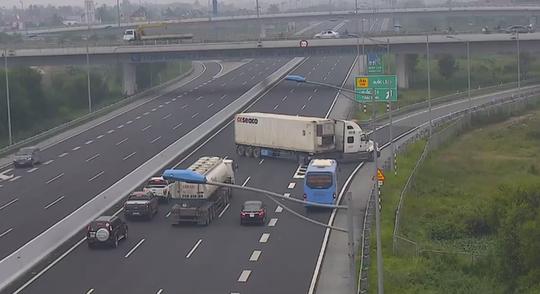 Xe container ngang nhiên quay đầu, đi ngược chiều trên cao tốc Hà Nội-Hải Phòng - Ảnh 2.