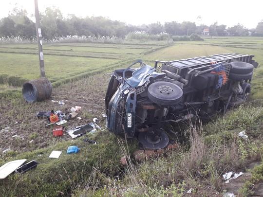 Tai nạn kinh hoàng giữa 2 xe tải, ô tô Mazda BT50 và 2 xe máy - Ảnh 1.