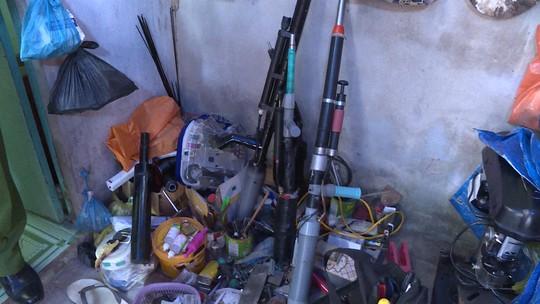 Điều tra vụ mất trộm, bất ngờ phát hiện xưởng làm súng, mã tấu tự chế - Ảnh 1.