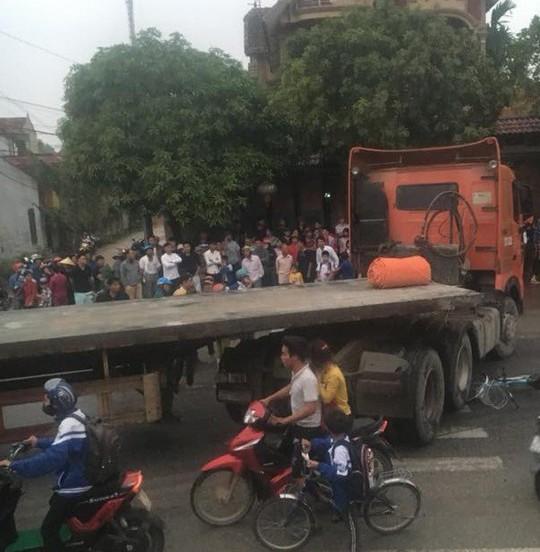 Bị cuốn vào gầm xe container, 1 học sinh tử vong, 2 em bị thương - Ảnh 1.