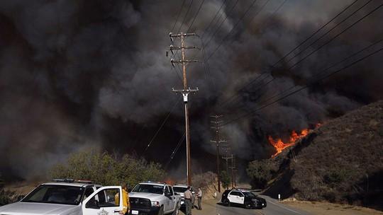 Hàng loạt ngôi sao Hollywood sơ tán khẩn cấp vì cháy rừng - Ảnh 1.