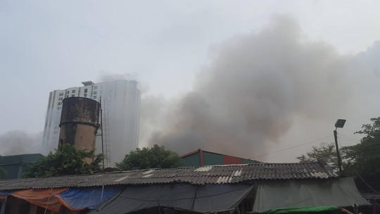 Flooded smoke covers the storage area of 1500 m2 near the underground station - photo 1.