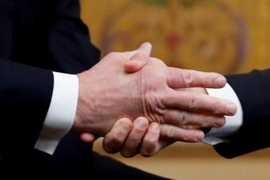 Giải mã phản ứng của ông Trump khi ông Macron vỗ đầu gối - ảnh 5