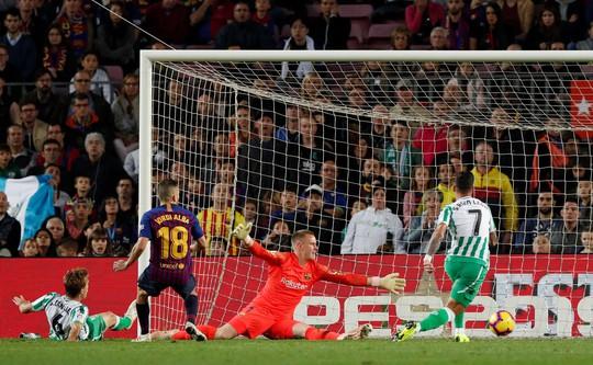 Messi trở lại, Barcelona thua tệ hại Real Betis ở Nou Camp - Ảnh 5.