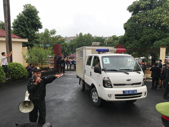 Xe đặc chủng đưa ông Phan Văn Vĩnh và các đồng phạm trong đường dây đánh bạc ngàn tỉ đến tòa - Ảnh 3.