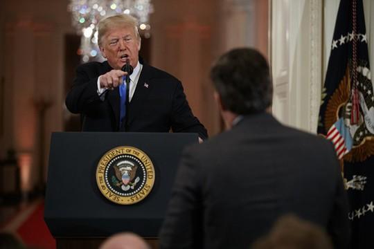Đài CNN kiện Tổng thống Donald Trump vì cấm cửa phóng viên - Ảnh 1.