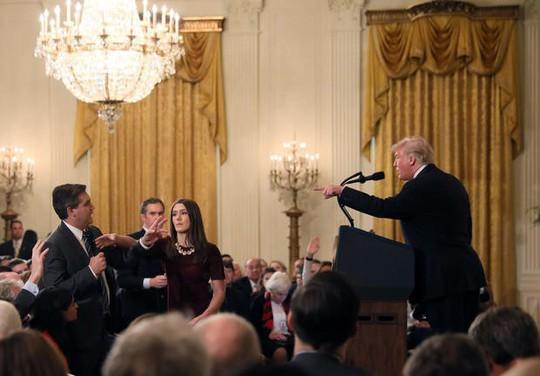 Đài CNN kiện Tổng thống Donald Trump vì cấm cửa phóng viên - Ảnh 2.