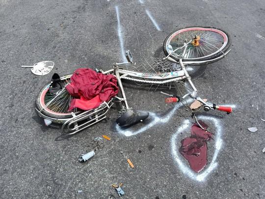 Chạy xe đạp, 1 học sinh lớp 6 bị xe tải kéo lê, cán dập chân - Ảnh 1.