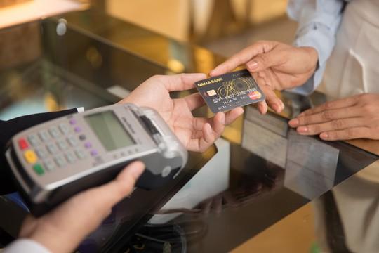 """Nghi ngờ thẻ tín dụng bị """"hack"""", chủ thẻ phải làm gì? - Ảnh 1."""