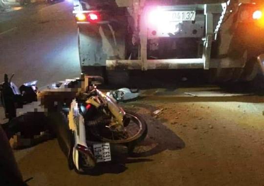 Xe tải đỗ bên đường, nam thanh niên tông vào tử vong - Ảnh 1.