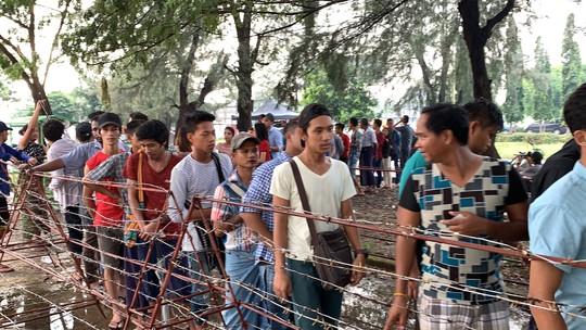Phe vé trà trộn CĐV Myanmar để gom vé trận quyết đấu với tuyển Việt Nam - Ảnh 2.