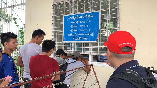 Phe vé trà trộn CĐV Myanmar để gom vé trận quyết đấu với tuyển Việt Nam - Ảnh 3.