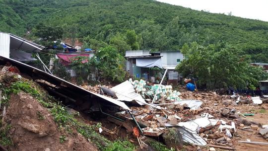 Đã có đến 14 người chết do sạt lở núi, sập nhà ở Nha Trang - Ảnh 2.