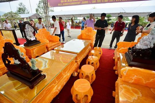 Choáng với bộ bàn ghế đá quý giá 8 tỷ tại Hà Nội - Ảnh 1.