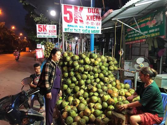 Tham rẻ mua dừa xiêm 5.000 đồng/quả, về bổ ra được 1, 2 giọt nước - Ảnh 1.