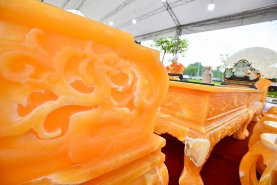 Choáng với bộ bàn ghế đá quý giá 8 tỷ tại Hà Nội - Ảnh 11.