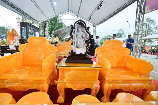 Choáng với bộ bàn ghế đá quý giá 8 tỷ tại Hà Nội - Ảnh 12.