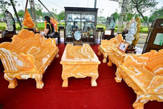 Choáng với bộ bàn ghế đá quý giá 8 tỷ tại Hà Nội - Ảnh 14.