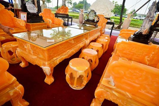 Choáng với bộ bàn ghế đá quý giá 8 tỷ tại Hà Nội - Ảnh 2.
