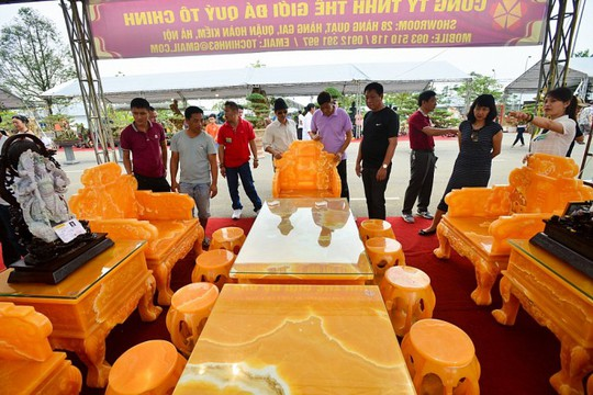 Choáng với bộ bàn ghế đá quý giá 8 tỷ tại Hà Nội - Ảnh 4.