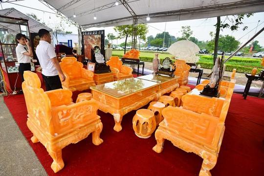 Choáng với bộ bàn ghế đá quý giá 8 tỷ tại Hà Nội - Ảnh 7.