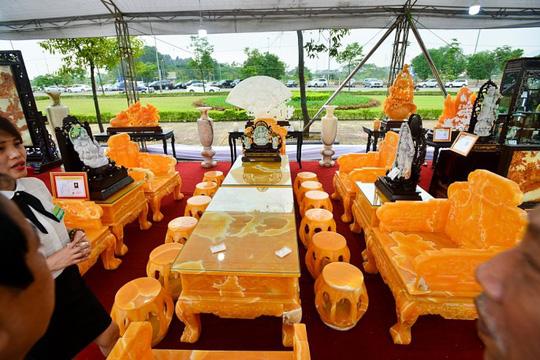 Choáng với bộ bàn ghế đá quý giá 8 tỷ tại Hà Nội - Ảnh 10.