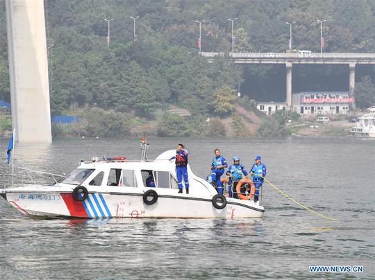 Tài xế và hành khách đánh nhau, xe buýt lao xuống sông giết chết 13 người - Ảnh 8.