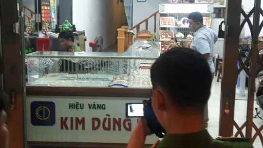 A stolen gold shop view in Quang Nam - Picture 2.
