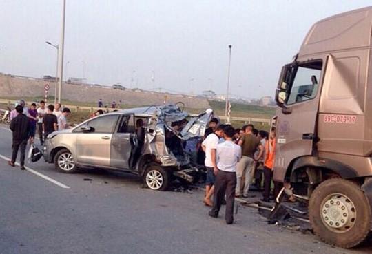 TAND Cấp cao kháng nghị hủy 2 bản án vụ xe container tông Innova lùi trên cao tốc - Ảnh 1.