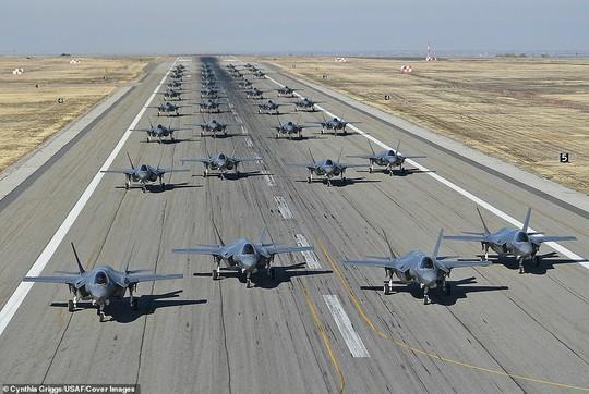 """Mỹ khoe cảnh 35 chiếc F-35 """"Tia chớp"""" xuất kích liên tiếp"""