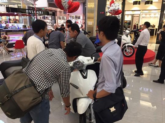 Nhiều người tò mò đến xem, đặt mua xe máy điện của Vinfast - Ảnh 1.