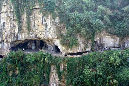 Nhà hàng đá đè, khách phải qua cây cầu thót tim này - Ảnh 3.