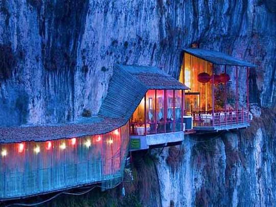 Nhà hàng đá đè, khách phải qua cây cầu thót tim này - Ảnh 6.