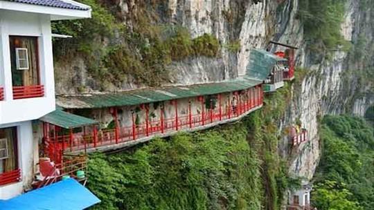 Nhà hàng đá đè, khách phải qua cây cầu thót tim này - Ảnh 1.