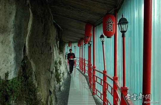 Nhà hàng đá đè, khách phải qua cây cầu thót tim này - Ảnh 2.