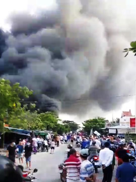 Cháy dữ dội ở gần cầu Mỹ Thuận - Ảnh 1.
