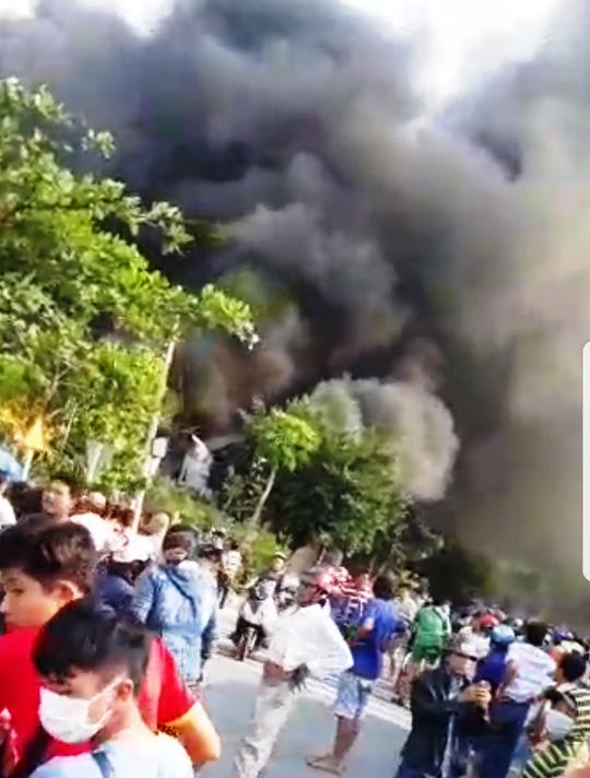 Cháy dữ dội ở gần cầu Mỹ Thuận - Ảnh 2.
