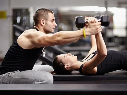 4 dấu hiệu cho thấy bạn đang tập gym với HLV tồi - Ảnh 1.