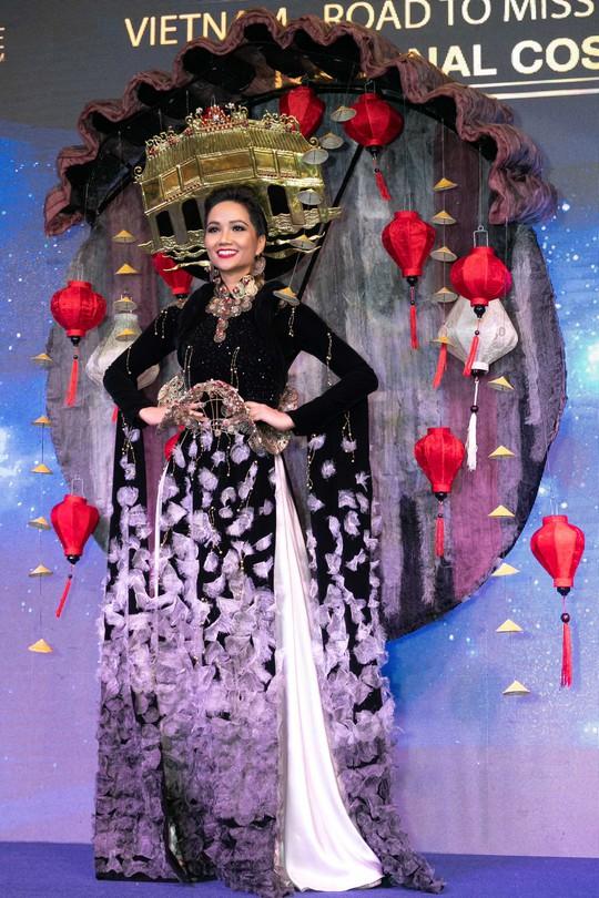 Độc đáo bộ trang phục của H'hen Niê mang đến Miss Universe - Ảnh 4.