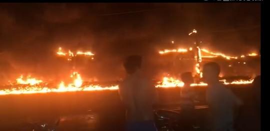 Xe bồn chở xăng gây cháy như núi lửa , ít nhất 6 người chết - Ảnh 1.