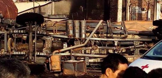 Xe bồn chở xăng gây cháy như núi lửa , ít nhất 6 người chết - Ảnh 2.