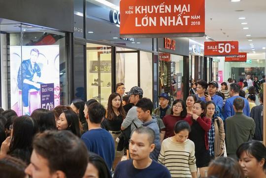 Chen chân mua hàng hiệu giảm giá Black Friday - Ảnh 2.
