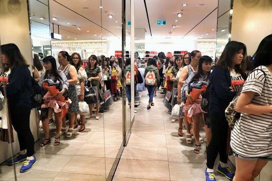 Chen chân mua hàng hiệu giảm giá Black Friday - Ảnh 3.