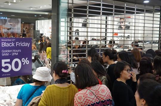Chen chân mua hàng hiệu giảm giá Black Friday - Ảnh 4.