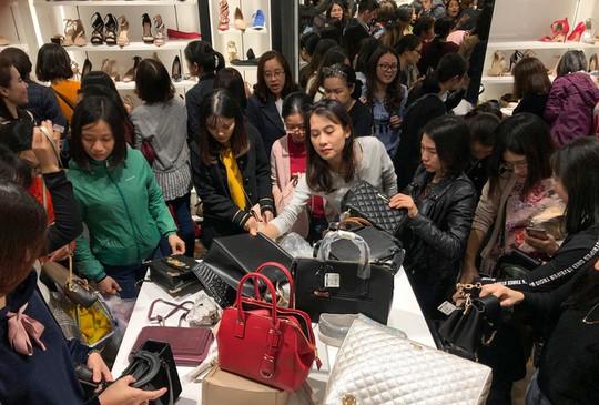 Chen chân mua hàng hiệu giảm giá Black Friday - Ảnh 5.