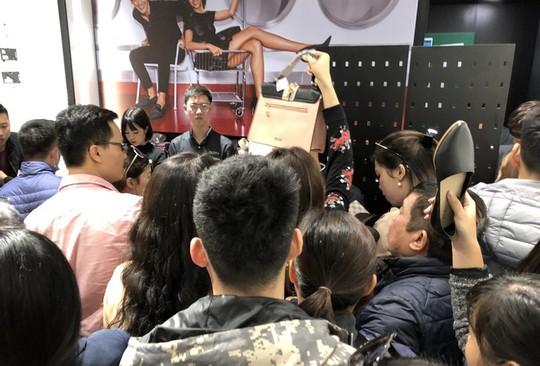 Chen chân mua hàng hiệu giảm giá Black Friday - Ảnh 6.