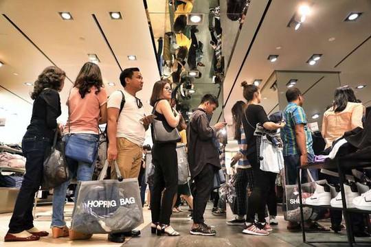 Chen chân mua hàng hiệu giảm giá Black Friday - Ảnh 7.