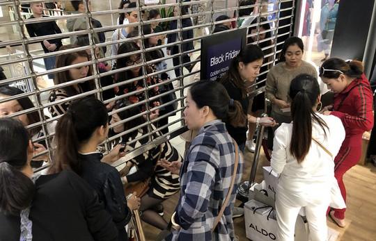 Chen chân mua hàng hiệu giảm giá Black Friday - Ảnh 9.