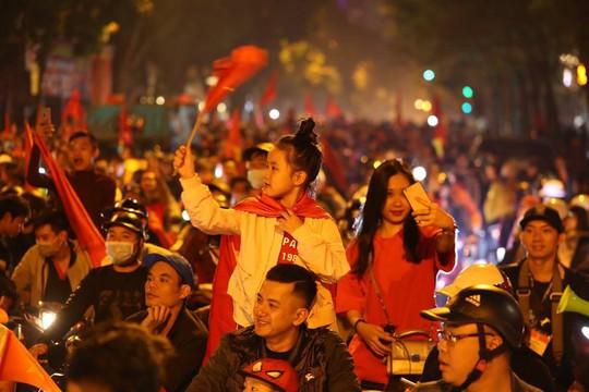 Người dân Hà Nội xuống đường mừng tuyển Việt Nam vào bán kết với vị trí nhất bảng A - Ảnh 3.