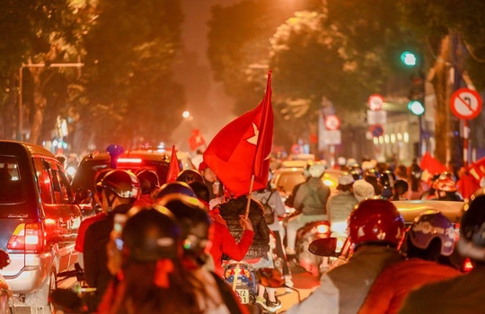 Người dân Hà Nội xuống đường mừng tuyển Việt Nam vào bán kết với vị trí nhất bảng A - Ảnh 5.